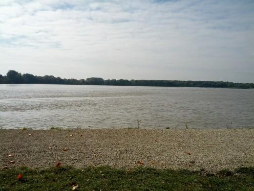 Blick auf den Bertoldsheimer Stausee vom Ufer aus