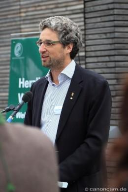 Prof. Dr. Bart Kempenaers begrüßt die Besucher