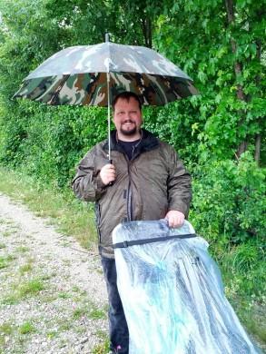 Heiner im Regen - natürlich mit Tarnschirm