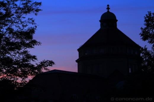 Blick aus dem Botanischen Garten München zur blauen Stunde
