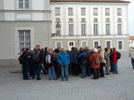 Werer Borok beginnt mit der Einführung zur Exkursion